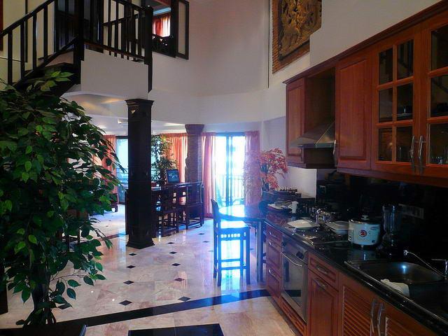 Chateau Dale Thabali Duplex Eigentumswohnung zu verkaufen, 145 qm, 2 Bett, 2 Bad, Euro Kuche, Thai Bali Stil Interieur, voll mobliert, 2 Balkone, Blick auf den Pool, auslandische Eigentumer