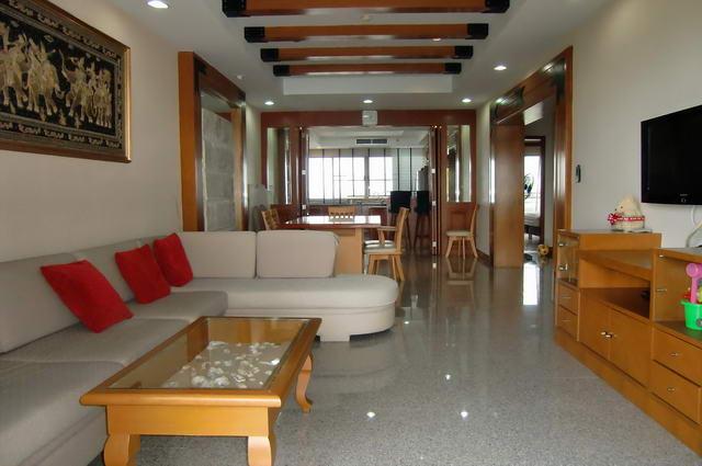 Krisda Golden Condotel zum Verkauf, absolut direkt am Strand, 142 m2, 2 Schlafzimmer, 2 Bader, Wohnzimmer, europaische Kuche, voll mobliert, gut prasentiert, Panoramabalkone mit Meerblick, fur auslandische Eigentumer