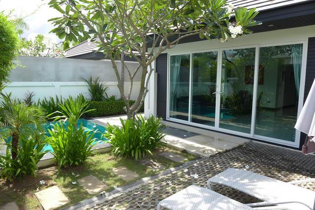 Palm Oasis Modern Thai Luxus Pool Villa zum Verkauf, Grundstucksflache 209 qm, Wohnflache 110 qm aprox 2 Bett, 2 Bad, Europaische Kuche, voll mobliert, Tropischer Garten, Privates Swimmingpool, 24 HS, in der Nahe von Jomtien Beach