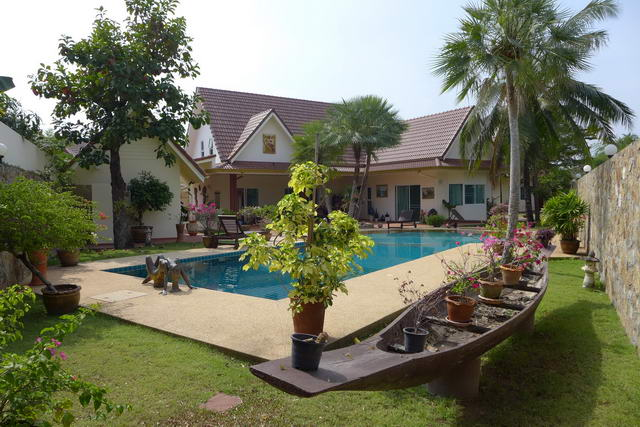 Huay yai beautiful pool villa separate guest house for sale for Thailand houses pictures