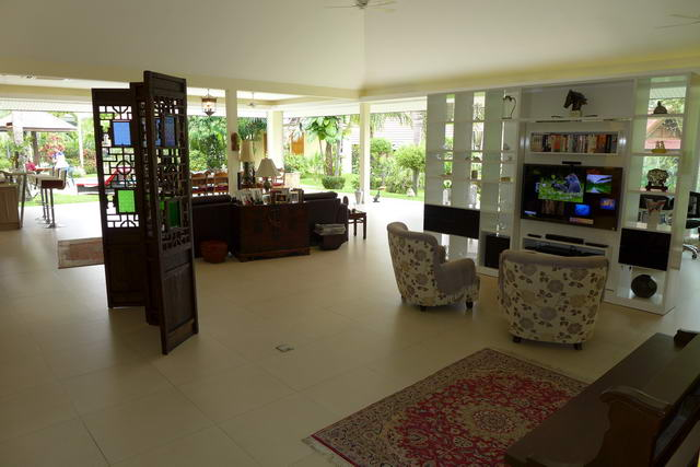 East Pattaya Swim Pool Villa in Tropical Oasis