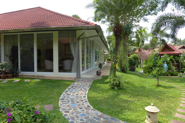 East Pattaya Beautiful Detached Pool Villa Set in ..