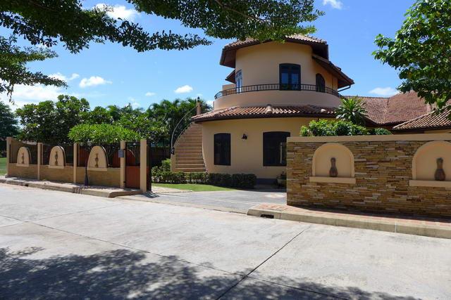 East Pattaya Detached Mediterranean Pool Villa For Sale
