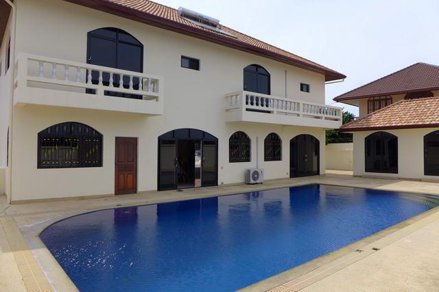 Freistehende Pool Villa zu verkaufen, Grundstucksgrosse 860 qm, Wohnflache ca. 380 qm, 4 Schlafzimmer, 4 + 1 Badezimmer, Wohnzimmer, Buro, europaische Kuche, Teilmobliert, Garten, privater Pool, Carport