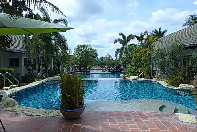 Phoenix Golfplatz Lakeside Luxus Resort Stil Villa zum Verkauf, 5 Gebaude, Haupthaus und 4 x Bungalows, Grundstucksflache 1.572 qm, Wohnflache 380 qm, 6 Studios (7 Betten), 7 Bader, Tropischer Garten, Privates Swimmingpool, 24 Std. Sicherheitsdienst