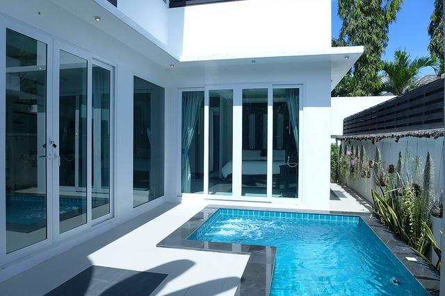 Palm Oasis Modern Thai Luxus Pool Villa zum Verkauf, Grundstucksflache 108 qm, Wohnflache 120 qm, 2 Schlafzimmer, 2 Bader, Europaische Kuche, Tropischer Garten, Eigener Pool, Jacuzzi, Dachterrasse Sonnendeck, 24 Std. Sicherheit.,Nahe von Jomtien Beach