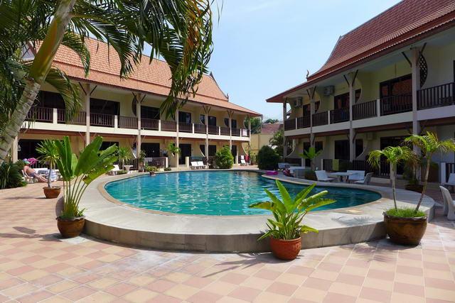 Pool Villa Resort (ideal als Villa Vermietungs Geschaft) zum Verkauf, 300m zum Dong Tarn Beach, 14 Hauser, 2 Geschossig Stadthaus Block um ein zentrales Schwimmbad, Areal 1.640 qm, Wfl.ca. 1.350 qm , 28 Schlafzimmer, 39 Bader