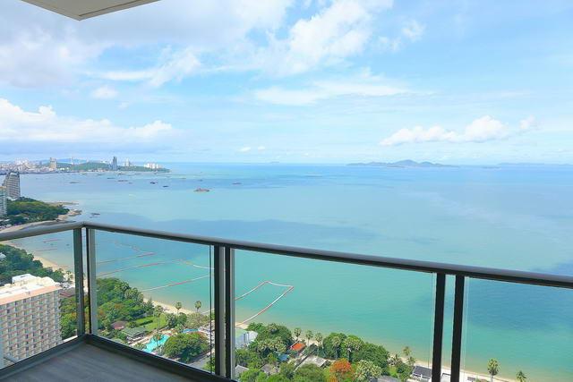 Riviera Wong Amat Eigentumswohnung zum Verkauf, Front Eck Wohnung, Hohe Etage, 86 qm, 2 Schlafzimmer, 2 Bader, europaische Kuche, voll mobliert, Balkon, Panorama-Meerblick, auslandischer Besitz