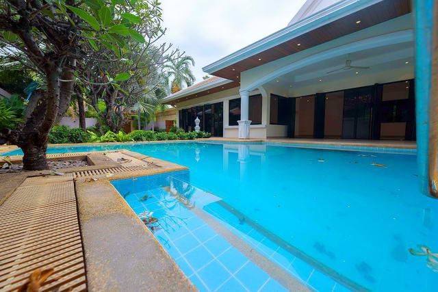 Jomtien Park Villen, Thai Bali Pool Villa zum Verkauf, 800 m vom Jomtien Strand, Grundstucksgrosse 556 m2, Wohnflache 189 m2, 2 Schlafzimmer, 2 + 1 Badezimmer, Keller / Mehrzweckraum, europaische Kuche, Teilmobliert, Privat Schwimmbad, Garage, 24 HS