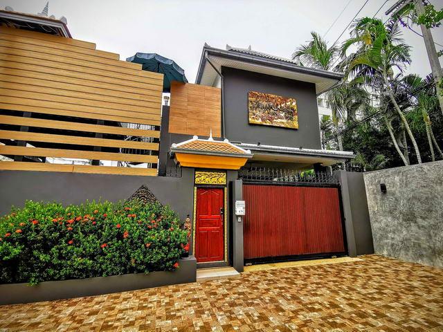 In der Nahe von Jomtien Beach, moderne Thai-Bali-Poolvilla zum Verkauf, Grundstucksgrosse 216 qm, Wohnflache 185 qm, 3 Schlafzimmer, 3 Bader, Eurokuche, voll mobliert, Garten, privater Pool, Dachterrasse, Carport