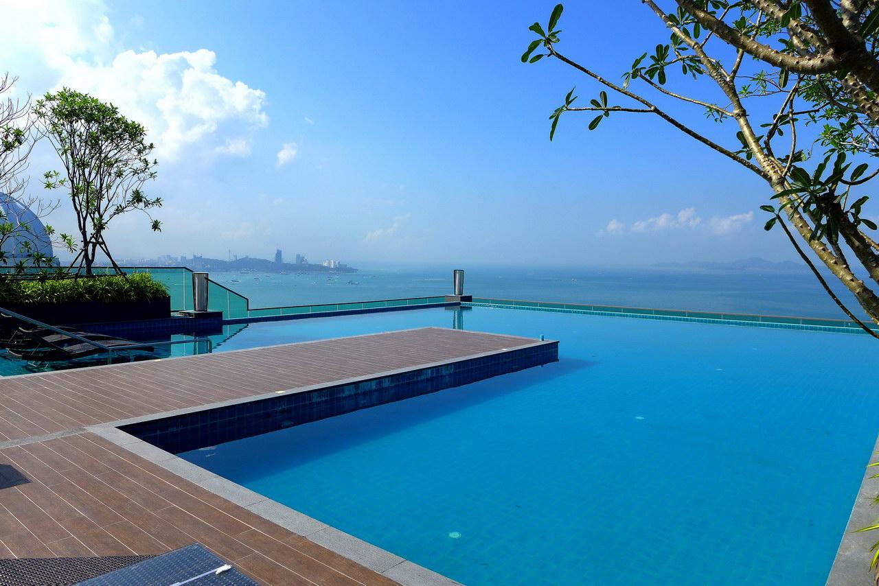 Wong Amat Tower Eigentumswohnung zum Verkauf, Absolute Beachfront, Front Eck Wohnung, Sudseite Hohe Etage, 93 qm, 2 Schlafzimmer, 2 Bader, nagelneue europaische Kuche, hochwertige Mobel, Balkon, Panoramablick auf das Meer und die Insel
