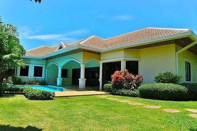 Jomtien Park Thai Bali Poolvilla zum Verkauf, Grundstuck 700 qm, Wohnflache 222 m2, 3 Schlafzimmer, 3+1 Badezimmer, Eurokuche, voll mobliert, tropischer Garten, privates Schwimmbad, 24-Stunden-Rezeption, in der Nahe von Jomtien Beach