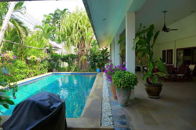Cest Palai, schone Thai Bali Pool Villa zum Verkauf, 2 km zum Jomtien Beach, Grundstucksgrosse 600 qm, Wohnflache 330 qm, 3 + 1 Schlafzimme, 2 + 2 Bader, Zimmermadchen, europaische und thailandische Kuche, Tropischer Garten, privater Pool, Sicherheitsd.