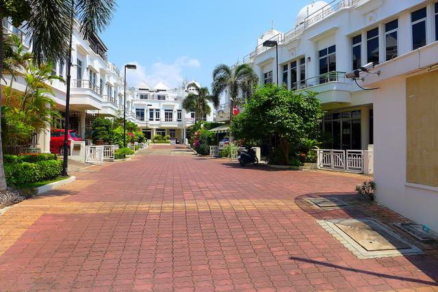 In der Nahe von Wong Amat Beach, Exclusive Place Stadthaus zum Verkauf, 3-stockig, Grundstucksgrosse 120 qm, Wohnflache 210 qm, 3 Schlafzimmer, 3 Bader, europaische Kuche, voll mobliert, Skydome Deck Dachterrasse mit Whirlpool, Gemeinschaftspool