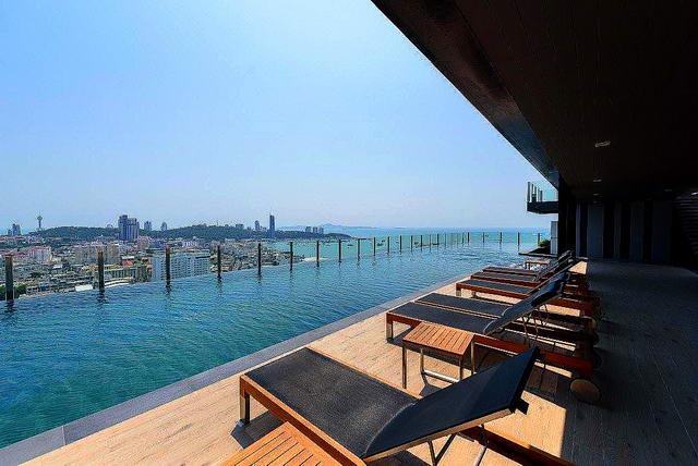 The Base Condo zu verkaufen, Hohe Etage, 30 qm, 1 Schlafzimmer, 1 Badezimmer, Europaische Kuche, voll mobliert, Balkon, teilweise Meerblick und Blick auf den Pool, in auslandischem Besitz