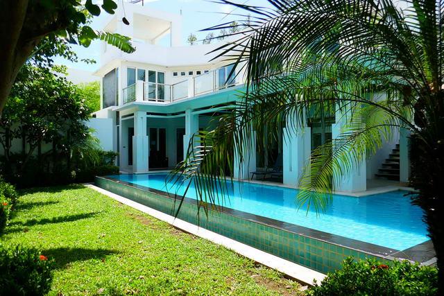 In der Nahe von Jomtien Beach, Palm Oasis Moderne thailandische Luxus-Poolvilla zum Verkauf, Grundstucksgrosse 544 qm, Wohnbereich 480 qm, 4 Bett, 5 Bader, europaische Kuche, voll mobliert, tropischer Garten, privater Pool, Sonnendeck, Whirlpool