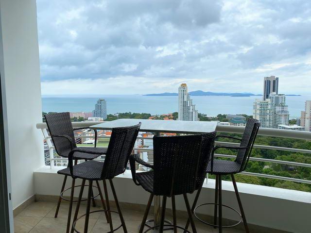 Pattaya Hill Resort Eigentumswohnung zu verkaufen, moderner Designer-Stil, gut prasentiert, 84 qm, 2 Schlafzimmer, 1 Badezimmer, europaische Kuche, voll mobliert, Balkone x2, Meerblick, in auslandischem Besitz